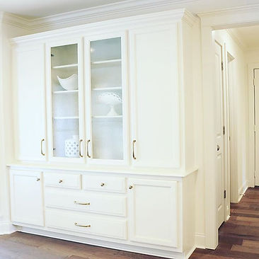 Clean & White Built-In china cabinet for