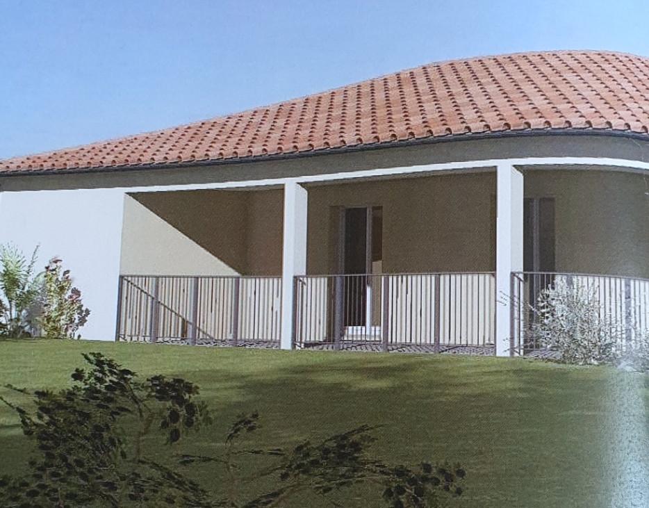 Maison en crépi blanc avec vue sur le bâtiment et son jardin prés de la terrasse couverte mais spacieuse