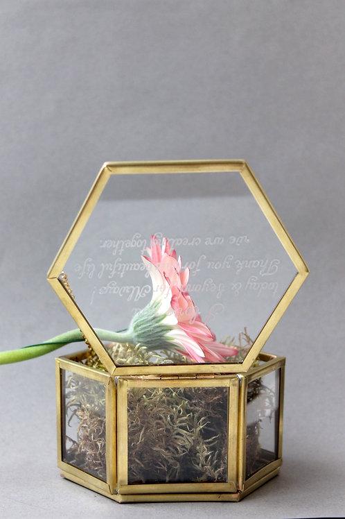 Шкатулка шестигранная золотая латунь, маленькая с гравировкой на крышке.