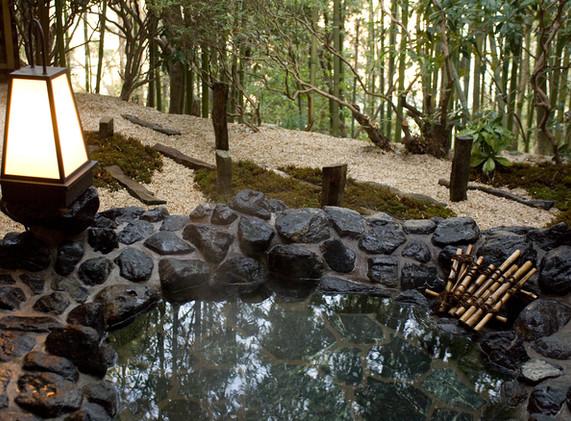 竹林に囲まれた石造りの露天風呂~客室「高砂」