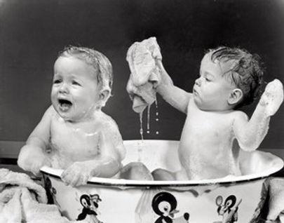 תאומים מתקלחים
