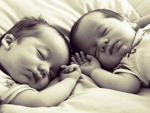 מדוע יש תאומים שישנים לילה שלם מהתחלה וכאלה שממשיכים להתעורר?