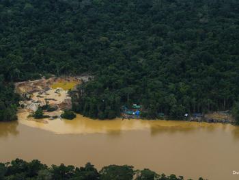 Duas crianças Yanomami são mortas após serem sugadas e cuspidas por draga do garimpo ilegal