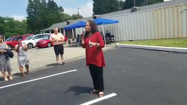 Sandy Washington speaks to visitors of Southern Crossing