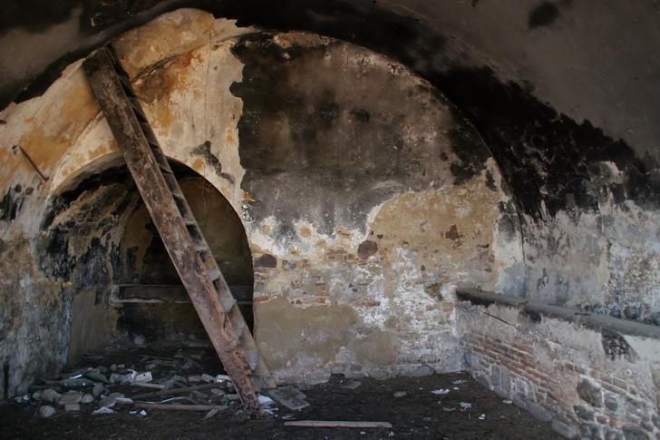 Craco Vero, Basilicata Italia; interno di casa abbandonata