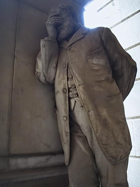 Il dolore e la moda dell'opaca plasmati in pietra nel Cimitero Monumentale di Staglieno, Genova.