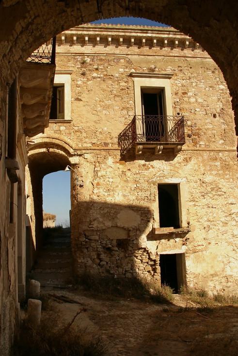 Craco vero, Basilicata, Italia: piazza del paese abbandonato.