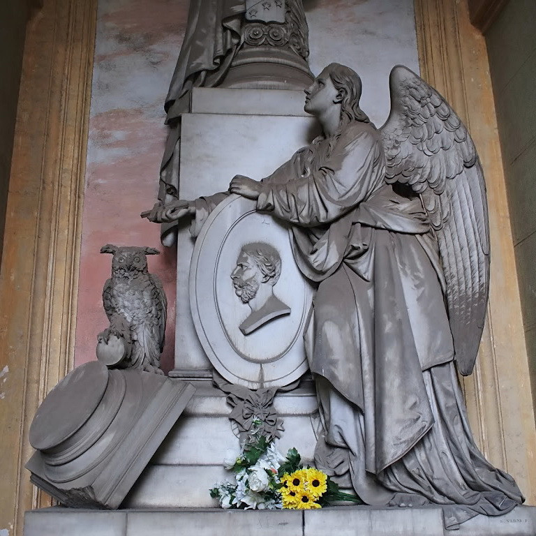 Uno dei simboli della morte, il gufo. Cimitero Monumentale di Staglieno, Genova.