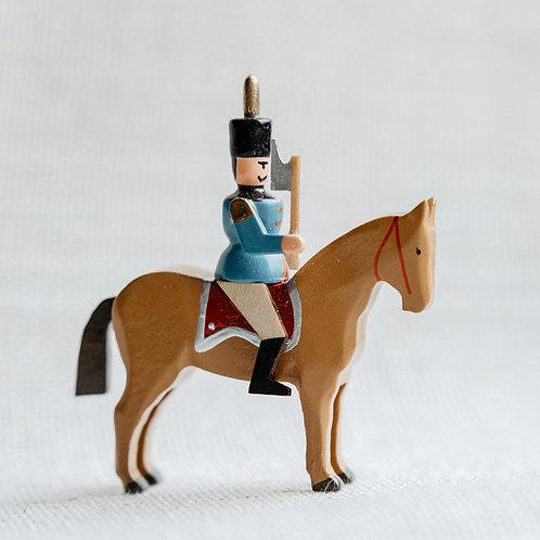 Hüttengeschworener auf braunem Pferd