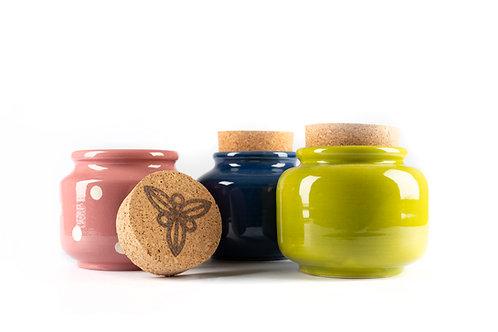 Keramiktopf gefüllt mit Bienenhonig