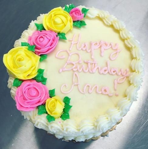 #simplebutcute #buttercreamflowers #happybirthday #cake.jpg