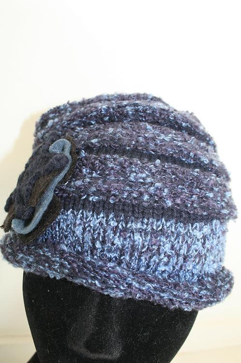 Bonnet en tricot avec fleur bleu marine chîné