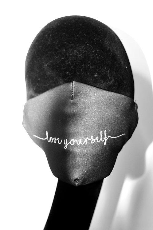 """Masque noir avec inscription """"love yourself"""" 8110823"""