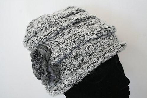 Bonnet en tricot avec fleur gris chîné