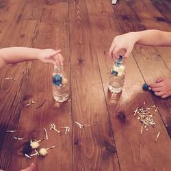 Faites des bouteilles agréables à regarder en y déposant différents petits objets.jpgPrenez soin de