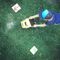 Sortez un sac de terre, des camions, des retailles de bois pour créer un parcours à vos touts-petits
