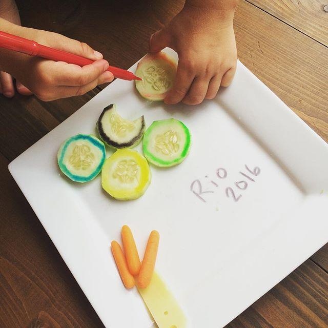 Reproduire les anneaux des olympiques avec des concombres et des crayons comestibles