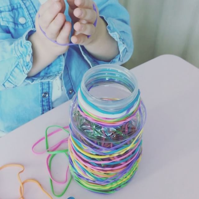 Ouvrir des élastiques avec une main pour les plus vieux ou encore à deux mains pour les plus petits