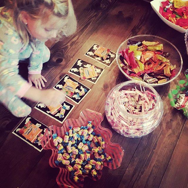 Séparer les bonbons dans les petits sacs avec vos enfants