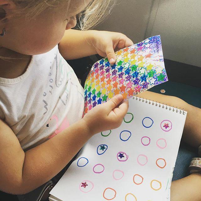Pour occuper les jeunes enfants dans les longs trajets d'auto ou d'avion... Une livre de feuille bla