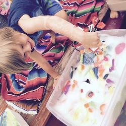 Placer un grand bac d'eau savonneuse pour laisser l'enfant piger un jouet en gardant son corps bien