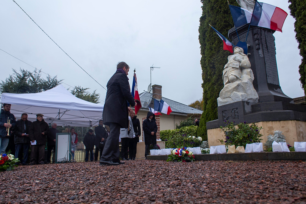 Monsieur le Maire déposant une gerbe au monument au morts. Crédit photographique Mairie de Wailly