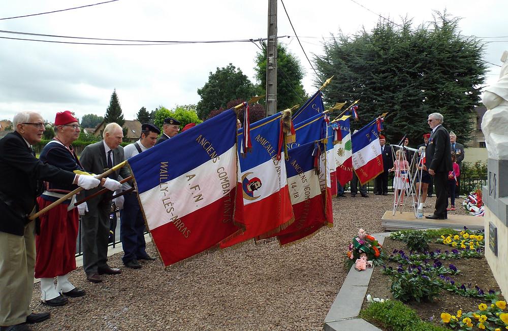 Les drapeaux rendant hommage aux soldats disparus. © Mme Roussel