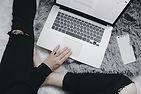 Femme avec ordinateur
