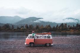 Octavia Viajando y el río Palena atrás