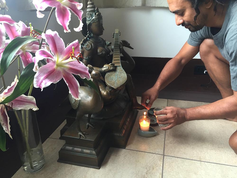 訪ねてきたサムラットはスピリチュアルなRishadの勧めにより、自分専用のろうそくを渡され火をつける