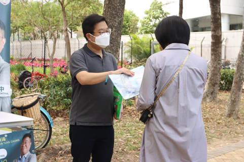 防疫街站 Street station to distribute masks and hand sanitizer