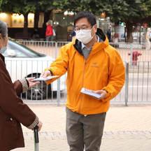 收集居民聯署反對有關計劃 Collecting residents' joint signatures to oppose the the development of the Tung Chung North Traction Power Distribution Station
