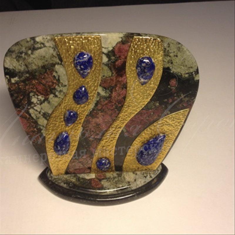 Настольный сувенир из эвдалита с кабашонами из лазуритаJPG