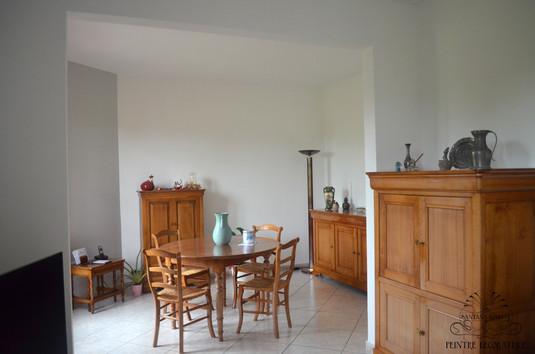 Un salon et une salle à manger