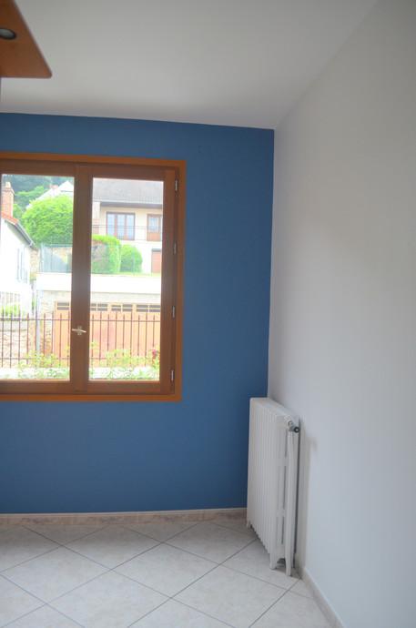 Une chambre blanche et bleu