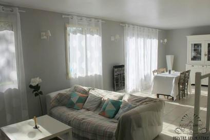 Un salon cosy et lumineu