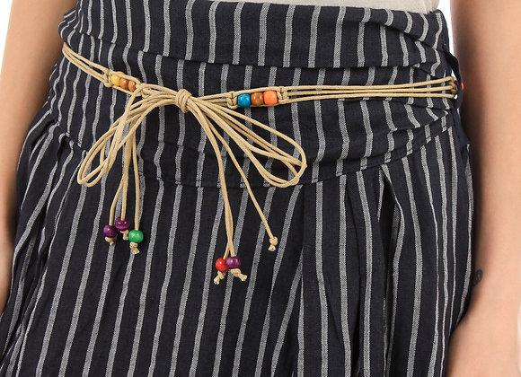 Jupe rayée, taille à nouer avec ceinture fantaisies perles,  retroussée sur les côtés. Le mannequin fait une taille 36 et po