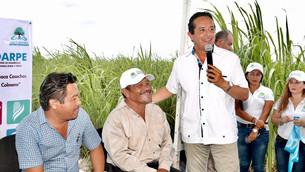 Entrega gobernador caminos sacacosechas en apoyo de productores de caña, maíz y otros cultivos
