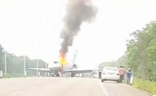 """Derriba Ejercito """"narco-jet""""; la aeronave aterriza en carretera y termina incendiada"""