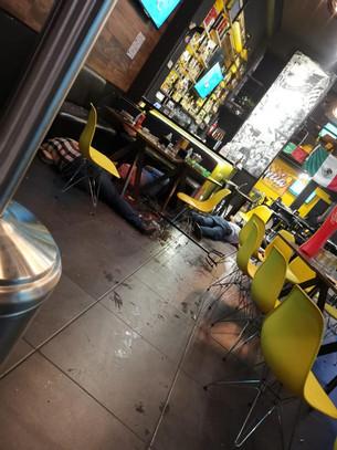 Sicarios con armas largas entran a restaurante y ejecutan a varios