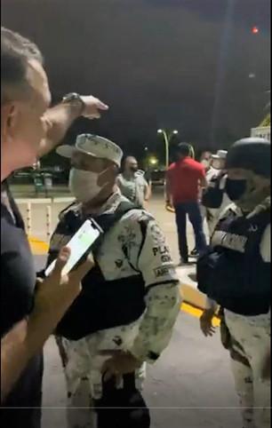 Guardia Nacional dentro del juego de Carlos Joaquín; le dicen que está detenido, pero no lo detienen