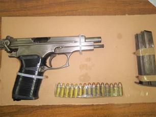 Caen en manos de la municipal cuatro personas con un arma de fuego