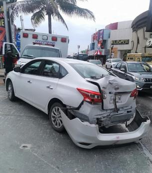 Chofer del transporte urbano SEA a punto de ocasionar tragedia en Zona Hotelera; se impacta contra a