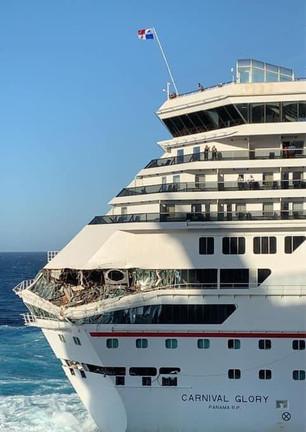 Maniobra de Crucero pone en riesgo a turistas; se impacta contra otro; no hay lesionados