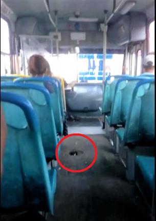 En peligro integridad física de pasajeros; chatarra de Autocar circula con hueco en el piso