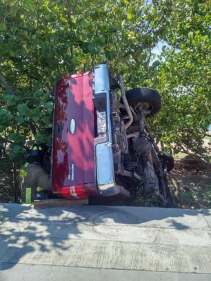 """""""Comerciante"""" causa caos en la Zona Hotelera; se volcó con su camioneta Lobo por exceso de velocidad"""