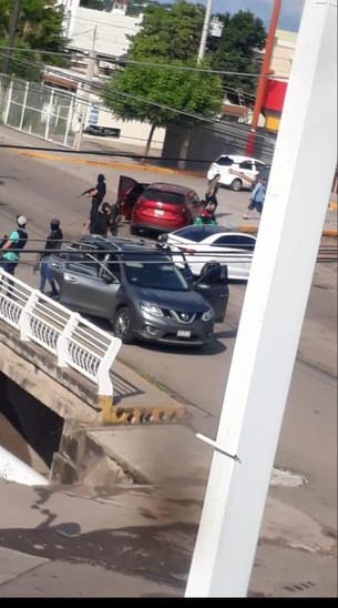 """Terror viven habitantes por detención de un hijo de """"El Chapo""""; hay enfrentamientos entre policías y"""