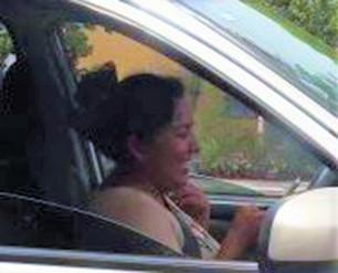 Mujer pone en riesgo integridad física de todos al conducir escribiendo mensajes de textos