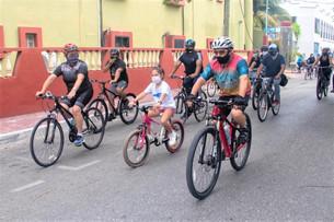 Fin de semana familiar en Playa del Carmen; se reunen ciudadanos en bicicleta