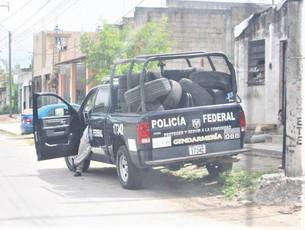 Patrulla de la Policía Federal sirve de bodega de llantas